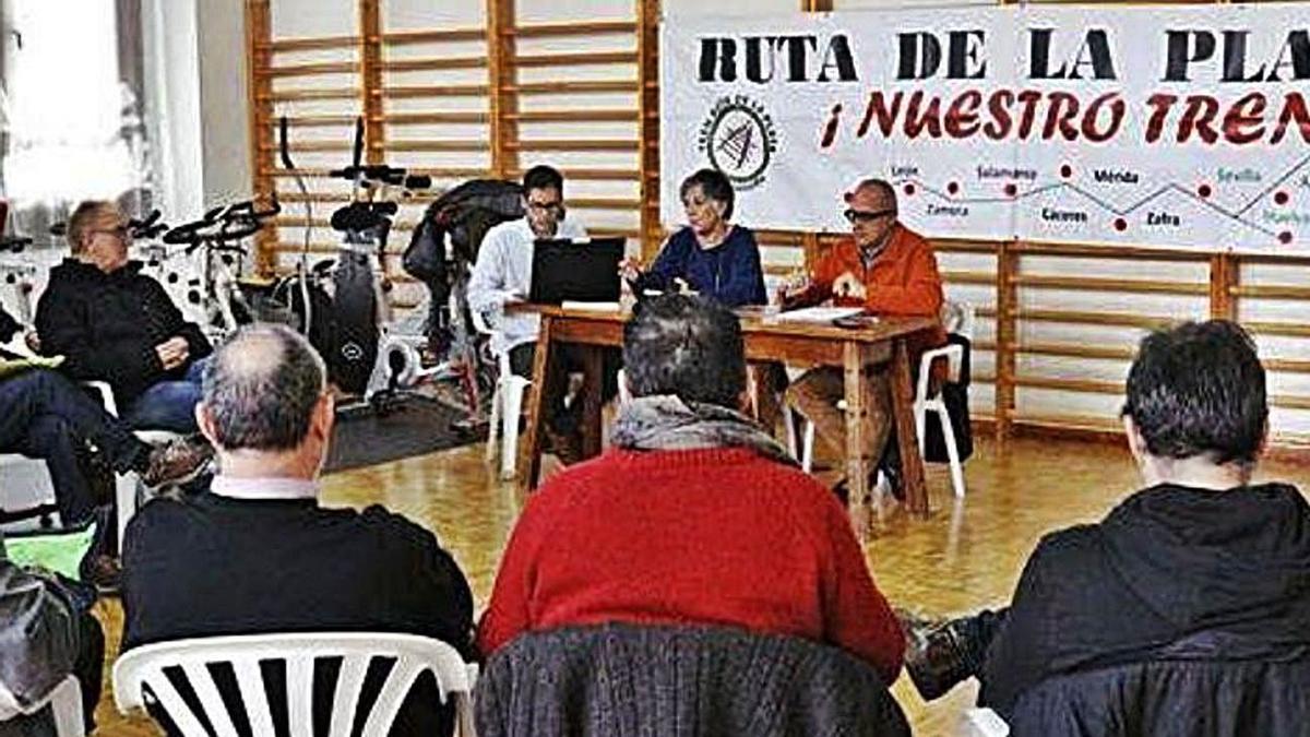 Reunión en Zamora de plataformas por la reapertura del ferrocarril del Oeste. Noviembre 2018.   Foto LOZ.