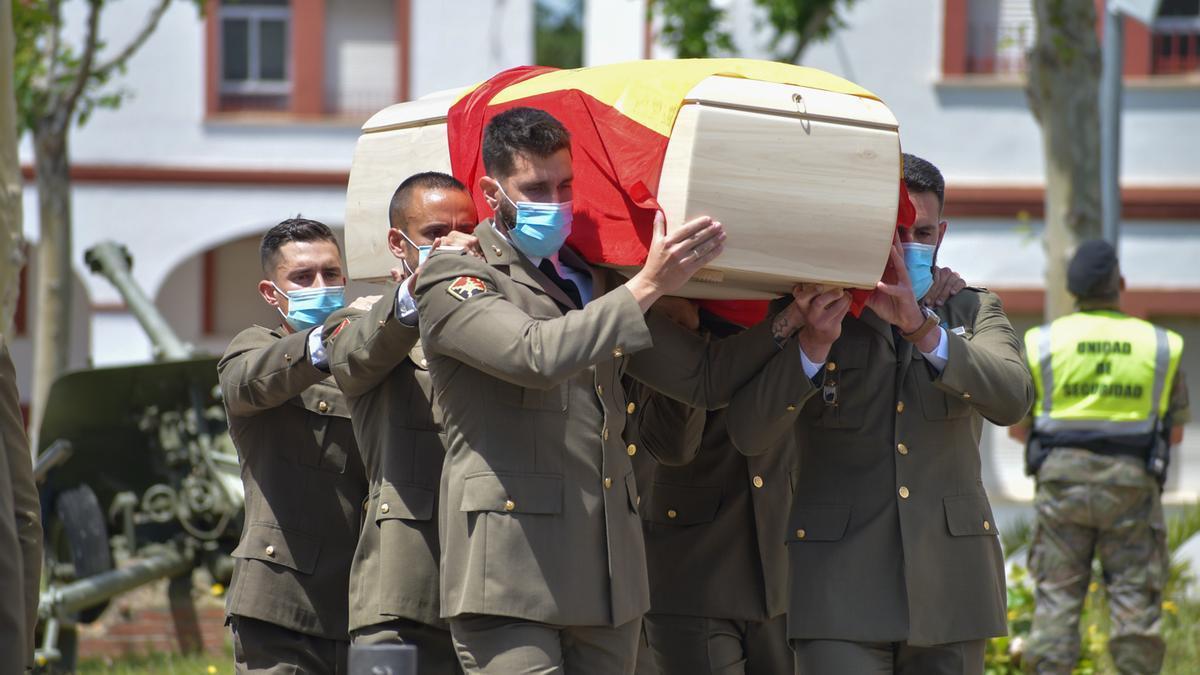 Compañeros de la fallecida portan su féretro, esta mañana, en la base General Menacho.