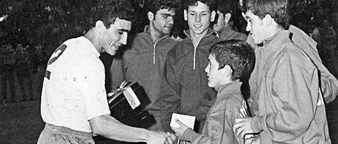 Los veteranos de la UD Las Palmas como Macario, Beltrán, Juanono, Yayo, Beneyto o Ricardito agasajaron ese día a Ernesto Aparicio. Arriba, el zaguero recibe el reconocimiento de un joven futbolista.