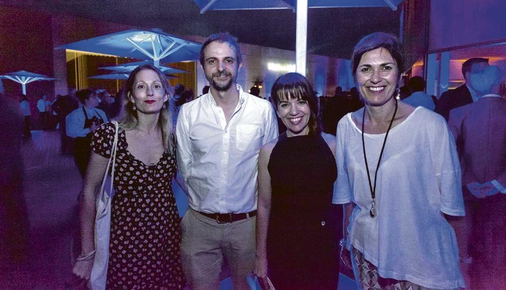 M. Elena Vallés, redactora de Cultura de Diario de Mallorca, junto al concejal de Cultura Llorenç Carrió, Maria Ferrer, directora del periódico, y Francisca Niell, directora general de Cultura de Cort.