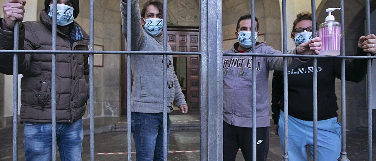 Los encerrados en la iglesia de El Entrego. | Miki López