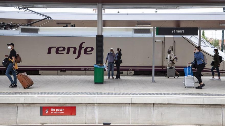 Pasajeros en la estación de tren de Zamora.