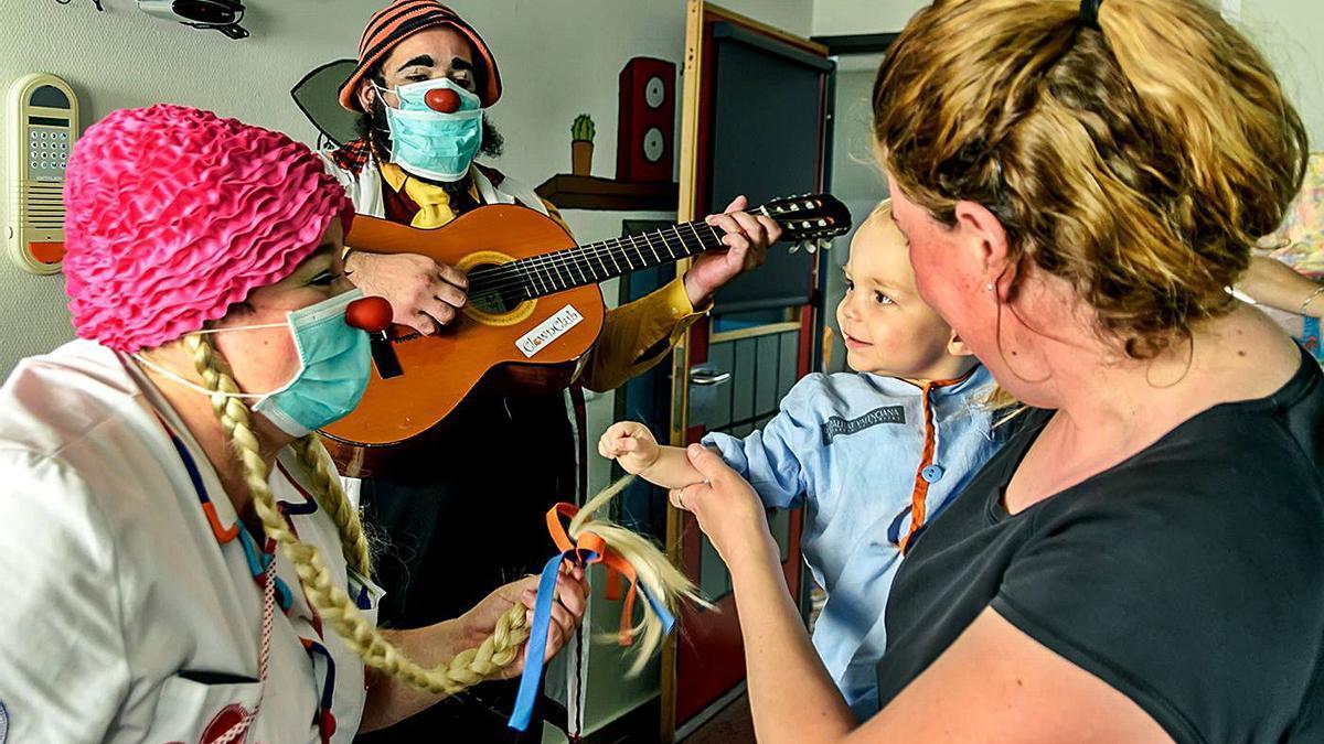 Dos pallassos de Payasospital visiten un xiquet a un hospital valencià. | JUANJO TOLODI
