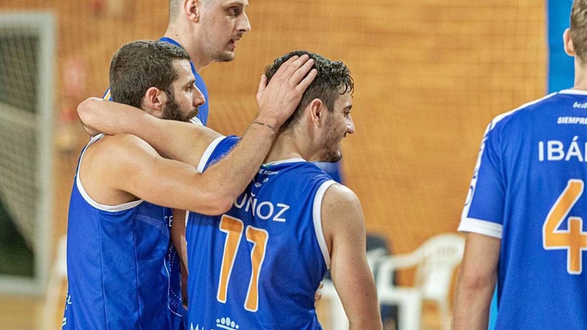 Los jugadores azulones celebrando la victoria de ayer ante el Melilla.