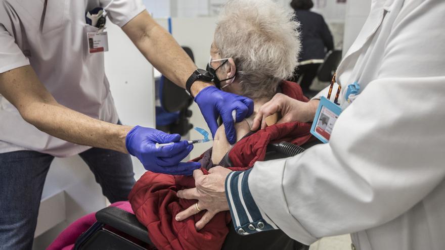 Arranca la vacunación de 18.136 mayores de 90 años en los centros de salud