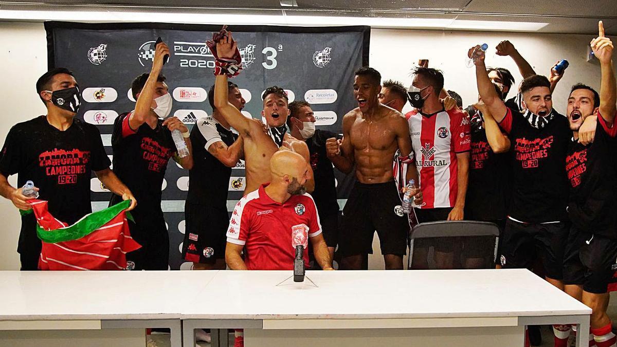 El equipo celebra el ascenso, el pasado sábado en Palencia.   J. L. F.