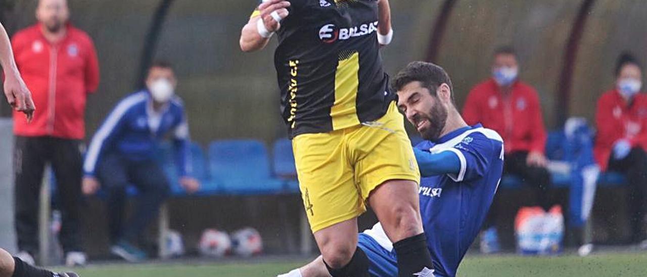 Pascual, tratando de superar a Nacho Méndez ayer en El Candín.   M. López