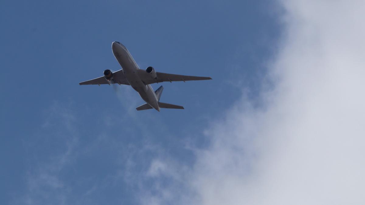 El avión Boeing vuela con el motor averiado antes de aterrizar de emergencia