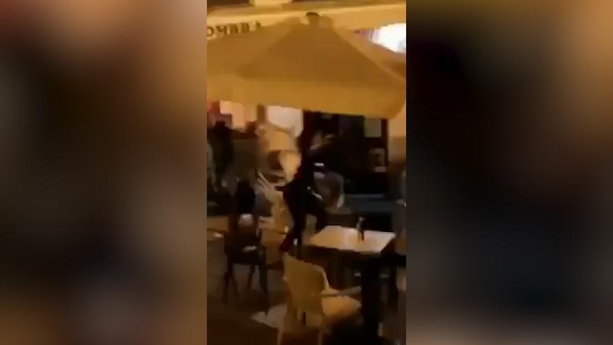 """VÍDEO: A """"sillazos"""" en la plaza del Sol, una pelea que se saldó con dos heridos y un detenido"""