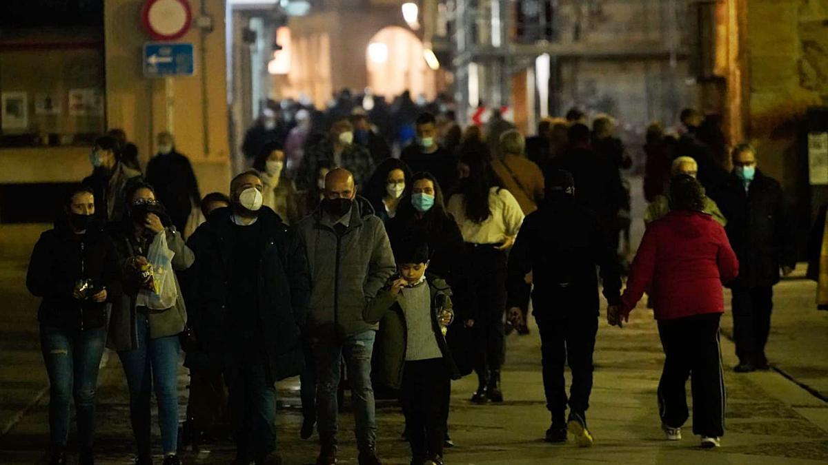 Zamoranos pasean por el casco antiguo sobre las 20.00 horas, hora de entrada en vigor del antiguo toque de queda. | José Luis Fernández