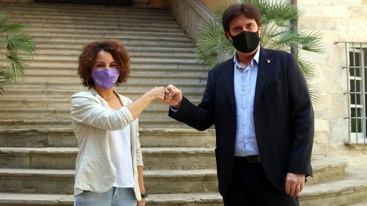 La nova delegada del Govern, Laia Cañigueral, i el fins ara delegat, Pere Vila, aquest 16 de juny del 2021 al pati de les Magnòlies (Horitzontal)
