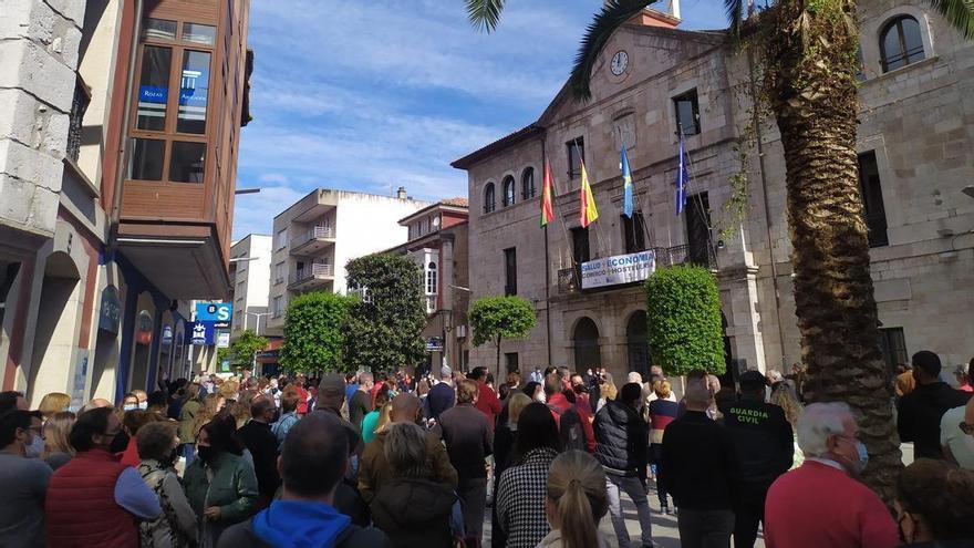 """Llanes protesta contra la incertidumbre de que """"se nos puedan cerrar los alojamientos en verano"""""""
