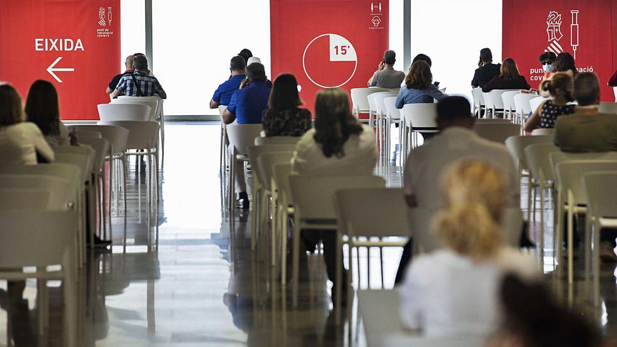 Varias personas esperando tras recibir la vacuna en el Museo Príncipe Felipe, el martes.  | GERMÁN CABALLERO