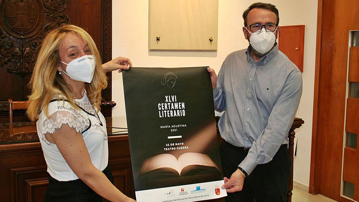 Ángelez Mazuecos y Antonio Ortega posan con el cartel del evento. | L.O.