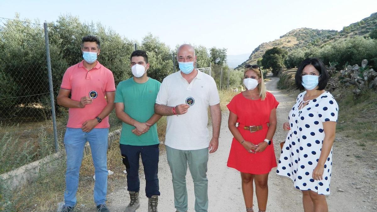 El equipo de gobierno con el arqueólogo Luis Manuel Jiménez junto al paraje de Rute Viejo