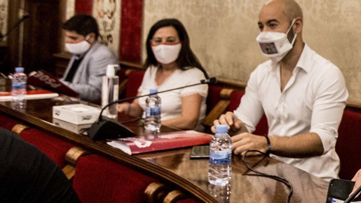 El portavoz de Podemos, Xavier López, a la derecha, en el Pleno