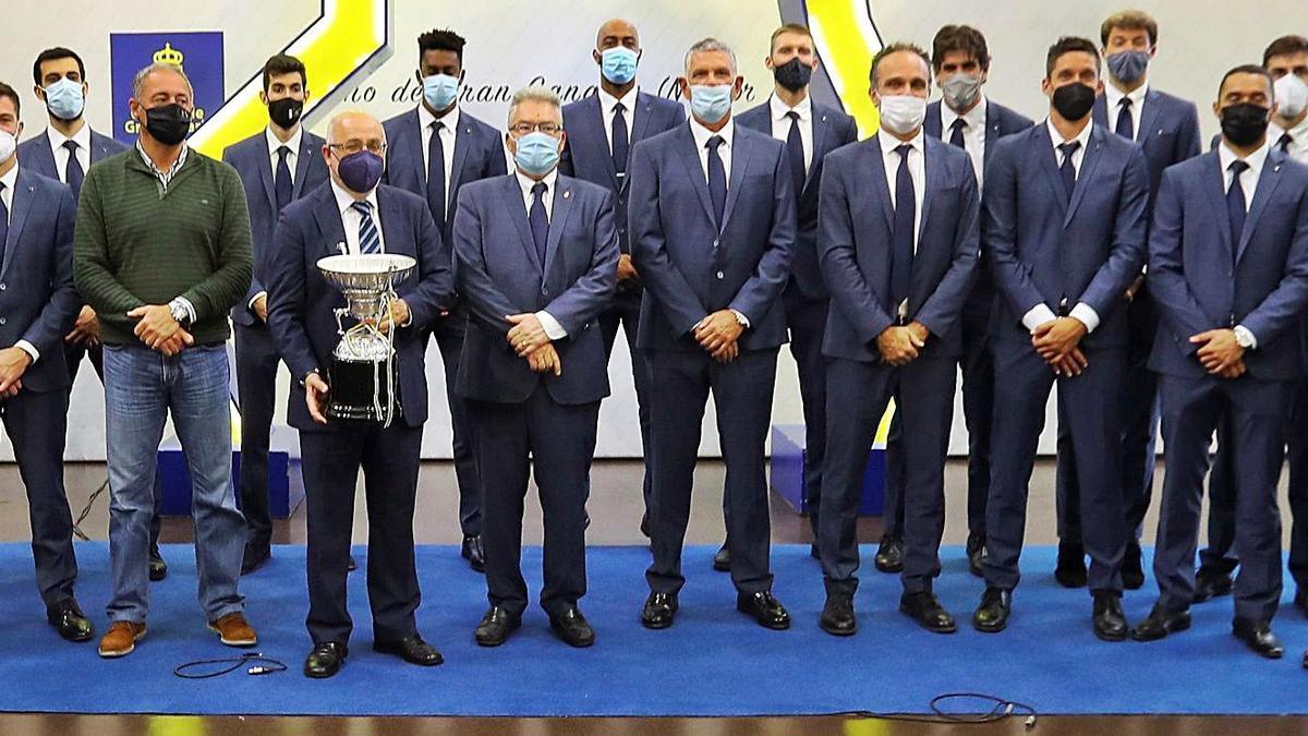 El presidente del Cabildo de Gran Canaria, Antonio Morales, sostiene el trofeo de campeón de la Superliga de voleibol, acompañado del consejero de Deportes –izquierda– y del organigrama del CV Guaguas. | | ELVIRA URQUIJO
