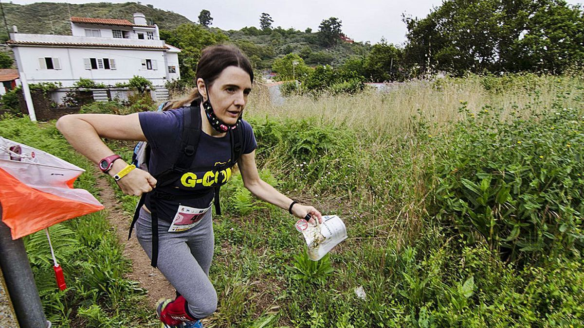 Una participante de la carrera Valleseco 3 Valles-O, con una de las balizas repartidas por el recorrido. | | LP/DLP