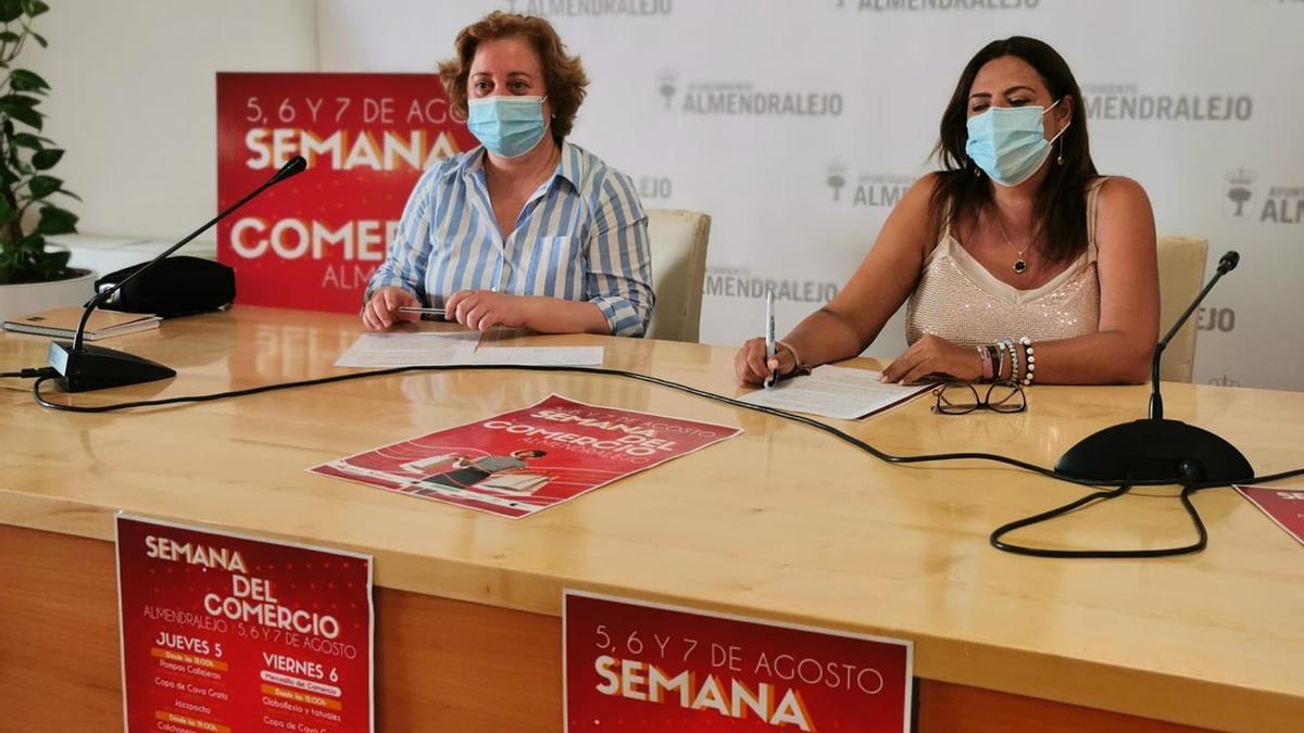 Marisa de Vega, de Asemce; y Josefina Barragán, concejala de Comercio.