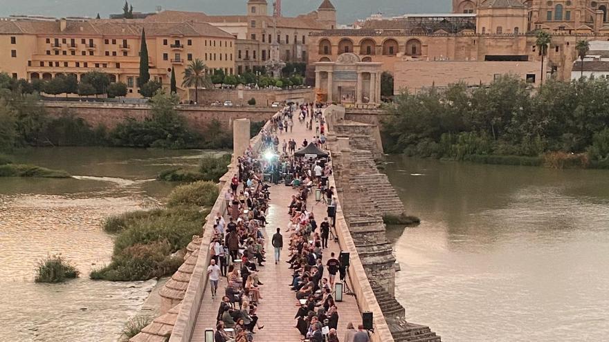 Silbon celebra en el Puente Romano un desfile de moda con fines benéficos