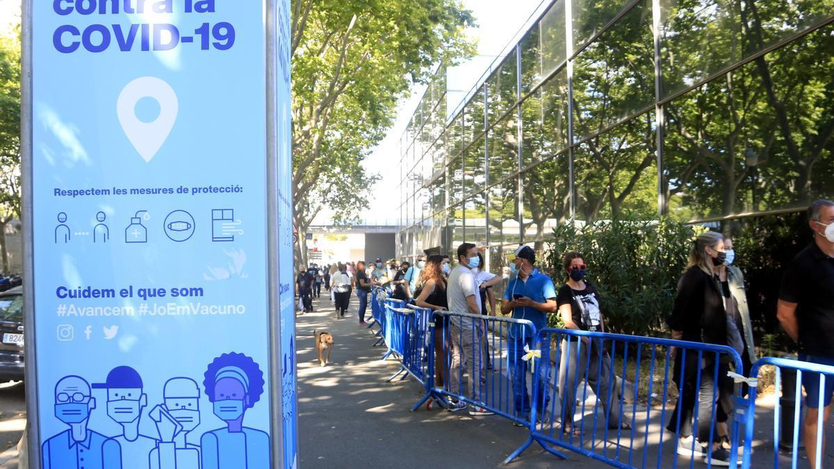 Persones fent cua a l'exterior de Fira de Barcelona per rebre la vacuna de la covid-19, el dia en què ha començat de forma massiva la vacunació de la franja de 45 a 49 anys. Pla general. 7 de juny del 2021. (Horitzontal)