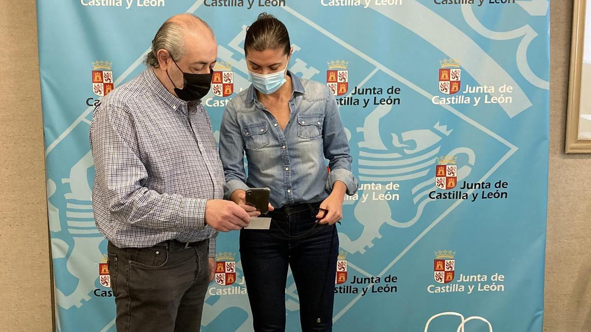 Clara San Damián entrega los códigos QR a José Campanario para la hostelería en Zamora.