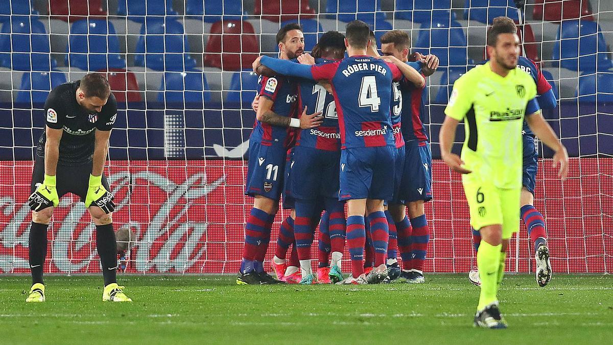 Los jugadores del Levante UD felicitan a Enis Bardhi tras el gol que ponía en ventaja al Atlético. | F.CALABUIG