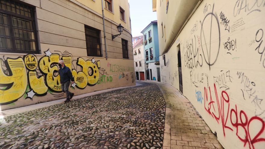 Los grafitis vuelven a invadir el casco histórico de Oviedo