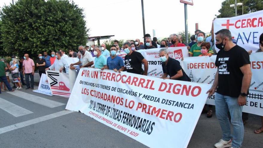 Los vecinos de Alcantarilla salen a la calle para impedir que los Cercanías desaparezcan el día 1