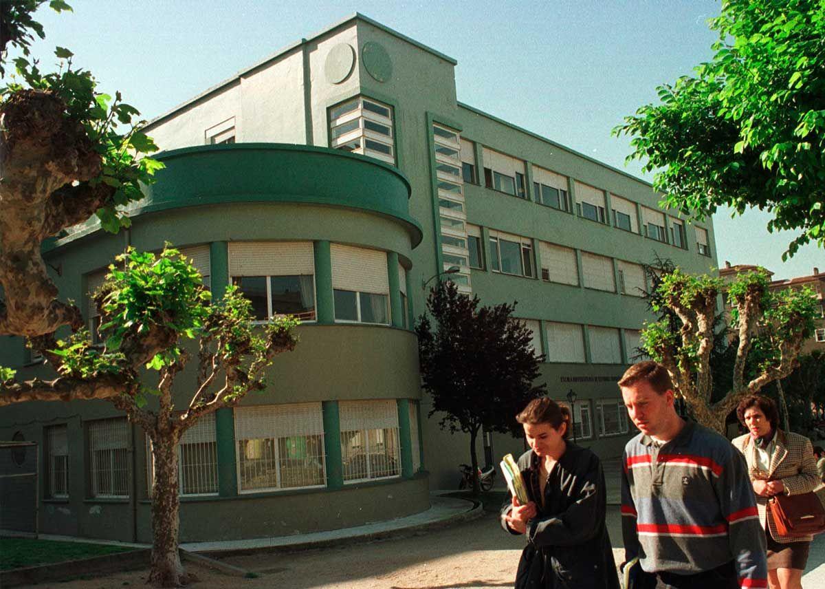 6-Aspecto-de-la-escuela-en-los-años-90,-con-la-fachada-pintada-de-verde.Magar.jpg