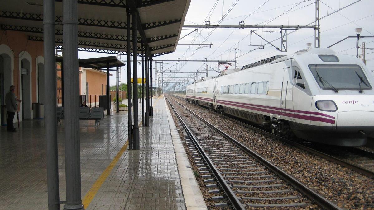 Paso de un tren por la estación de Vinaròs