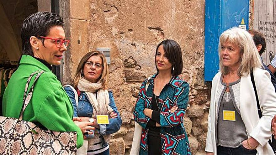 Passejada i compres solidàries de l'actriu igualadina Xènia Tostado