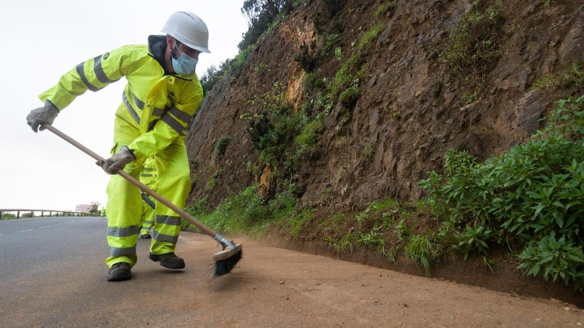El servicio de mantenimiento de carreteras de La Gomera atiende más de 20 incidencias durante el verano