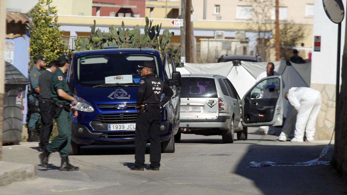 La Científica inspecciona el coche donde mataron a Arturo, el día del crimen.