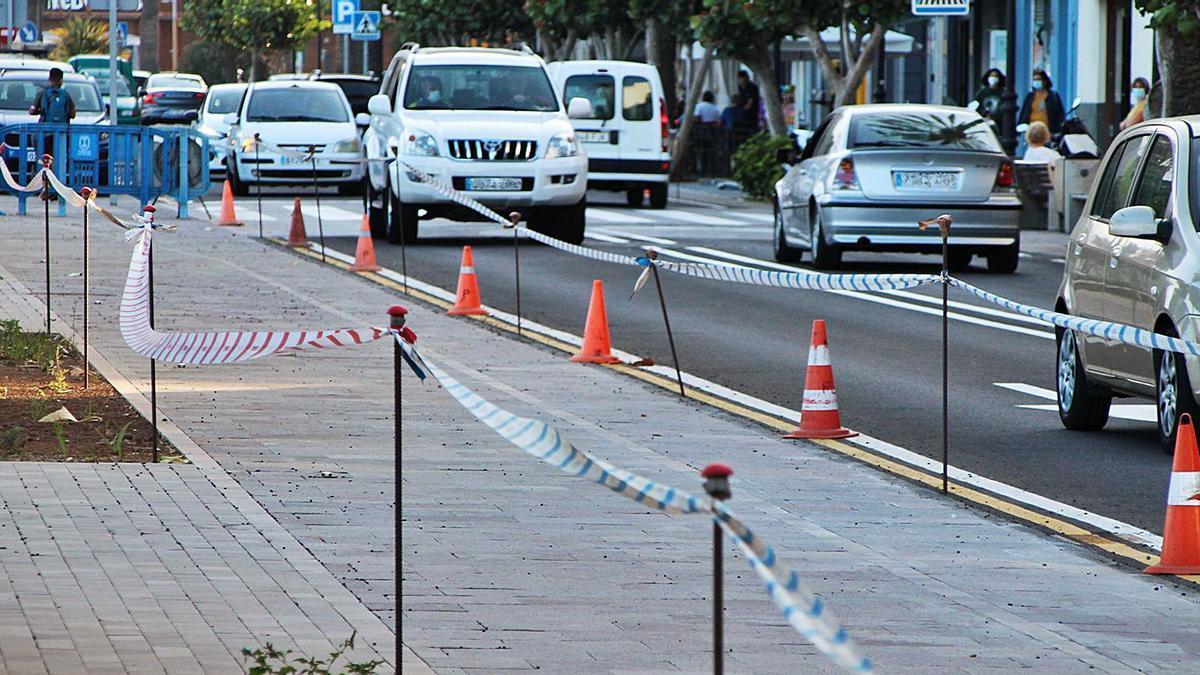 Estado actual de la vía, con cintas y señales de obra pese a estar ya acabada.
