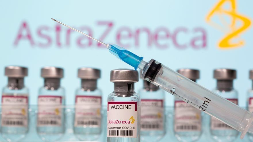 """AstraZeneca afirma que """"no hay pruebas"""" de que su vacuna aumente el riesgo de coágulos"""