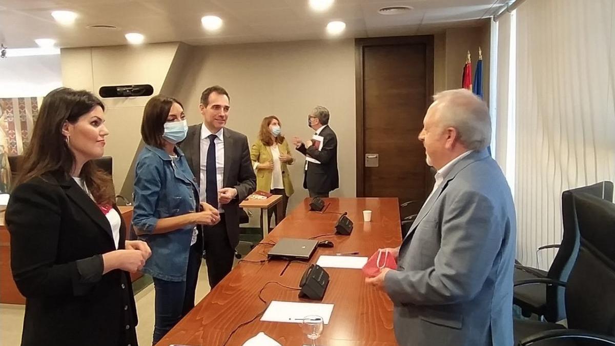 Diputados hablan con Antonio Jiménez tras su comparecencia en la Comisión de Reactivación Económica.