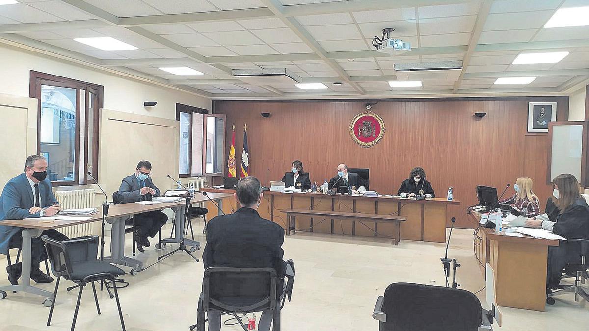 El acusado de violar ayer a su hijastra durante el juicio en el Juzgado de Palma