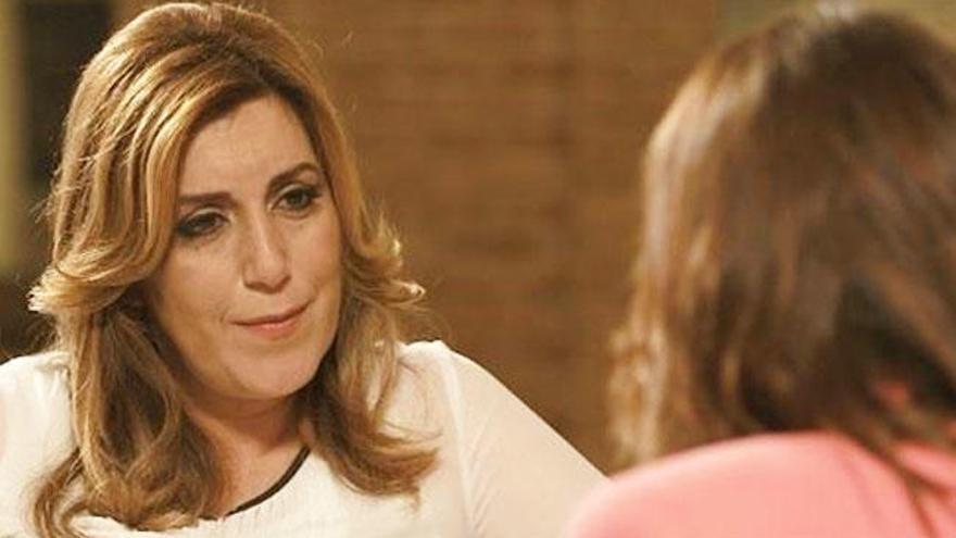 Pepa Bueno sienta a Susana Díaz en el sillón de 'Viajando con Chester'