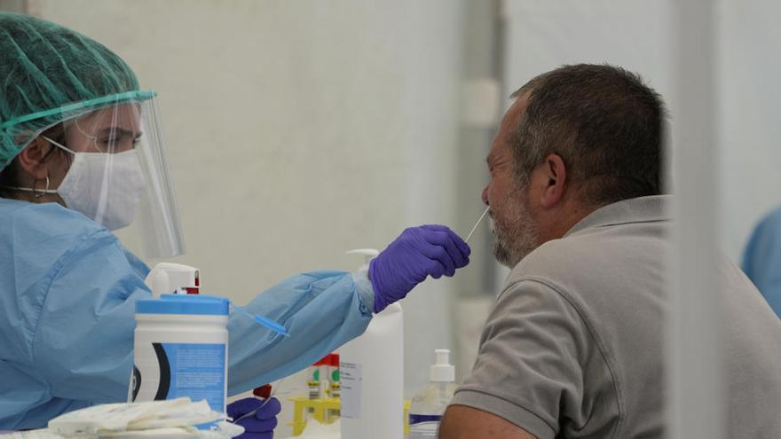 Un hombre se somete a prueba PCR en Ordizia.