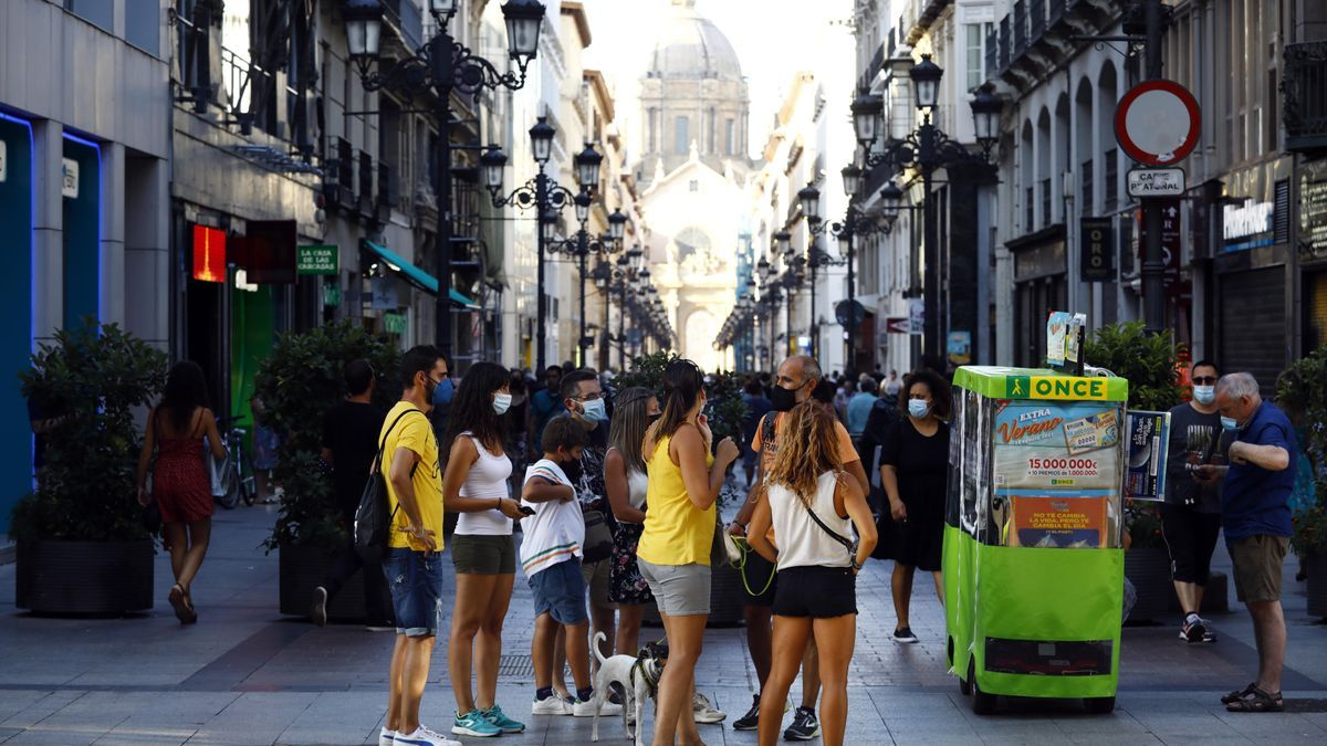 Un grupo de personas paseando este sábado por las calles de Zaragoza, la mayoría con mascarilla.
