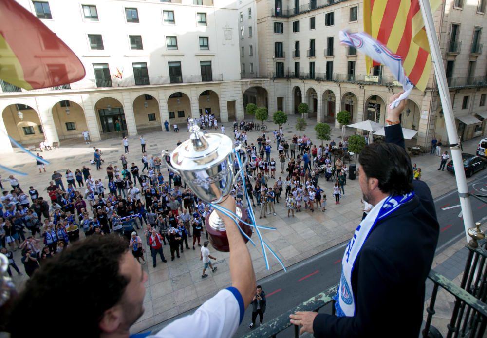 Unos 300 aficionados arropan al equipo de Rivero en el Ayuntamiento tras su ascenso a LEBOro