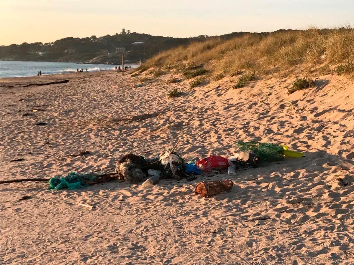 Basura en playa A Lanzada. M.M