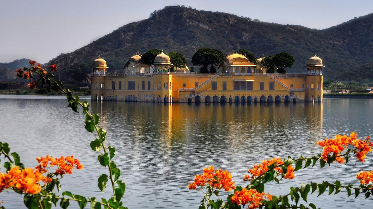 El llac Maotha, amb el Jal Mahal surant en el centre, un palau de nombroses torres al qual solament es pot accedir amb vaixell.