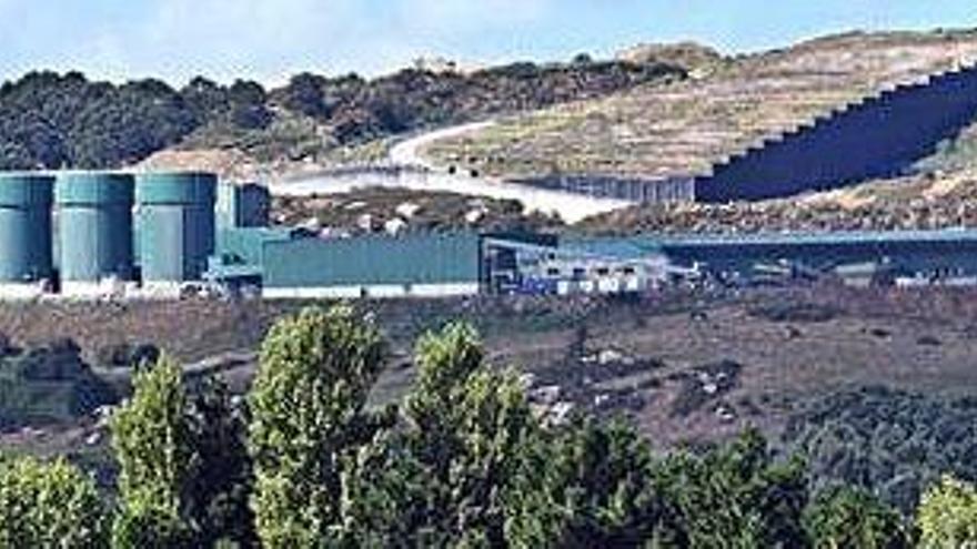 Albada inicia la retirada de basura de Nostián tras cuatro meses acumulada a cielo abierto