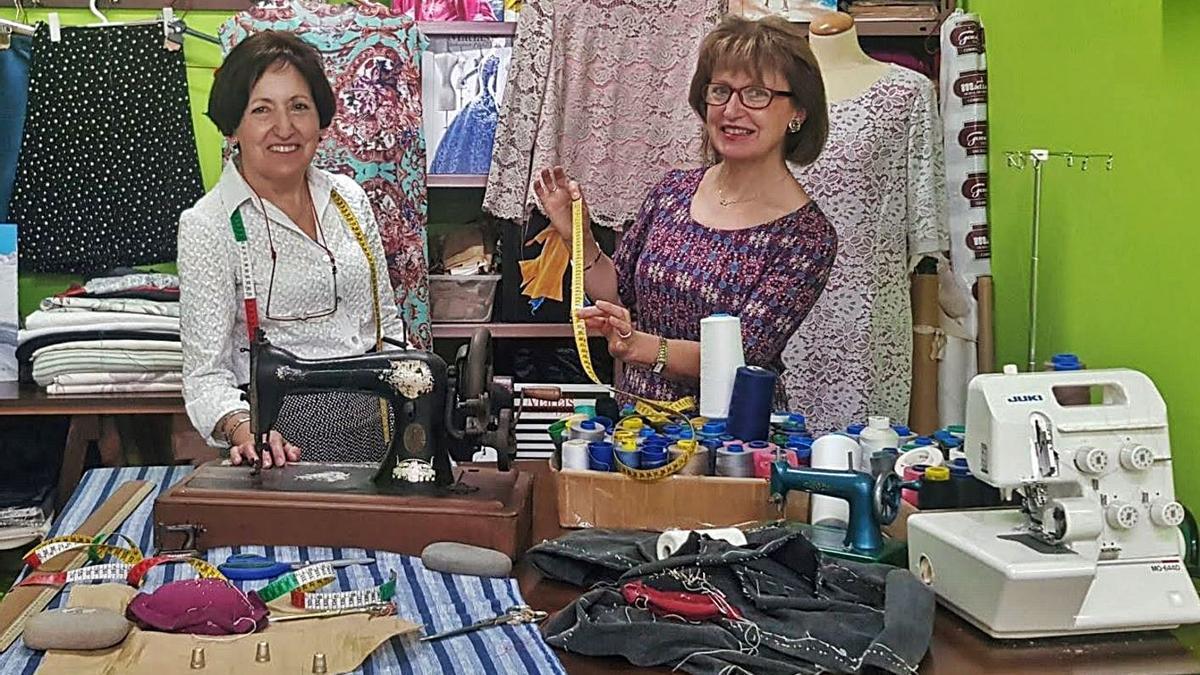 María Dolores y Marta Castiello Cueto, en su taller de modistas. | V. A.
