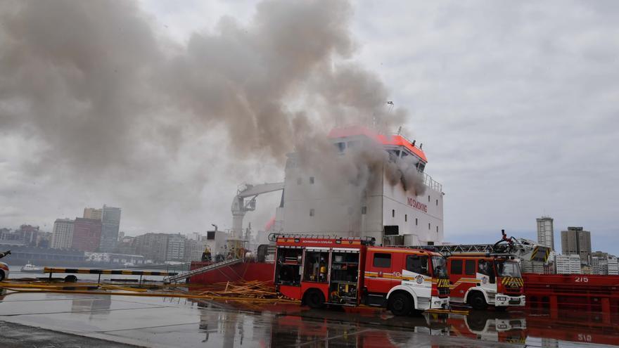 Dos heridos en un incendio en un buque en el Puerto de A Coruña