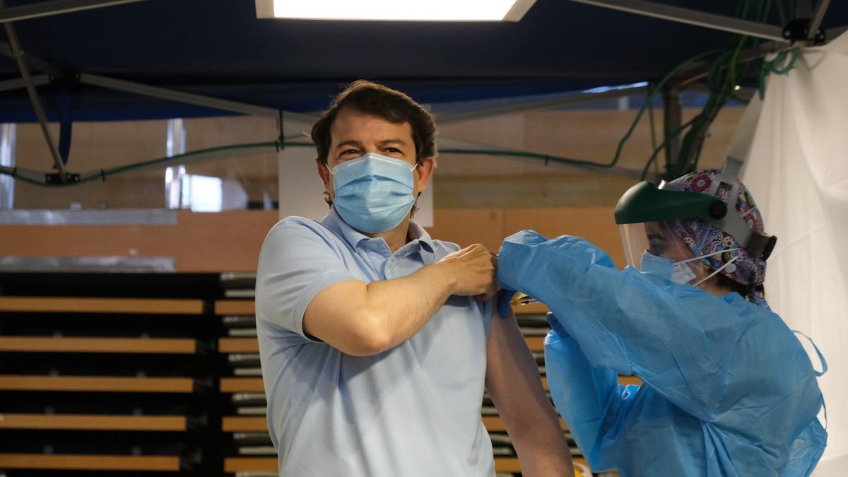 El presidente Alfonso Fernández Mañueco recibe la primera dosis de la vacuna COVID.