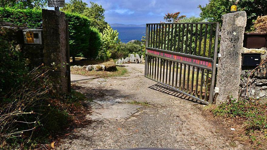 Colocan señales verticales para impedir la circulación, el paso peatonal y en bici a la zona de Punta Couso
