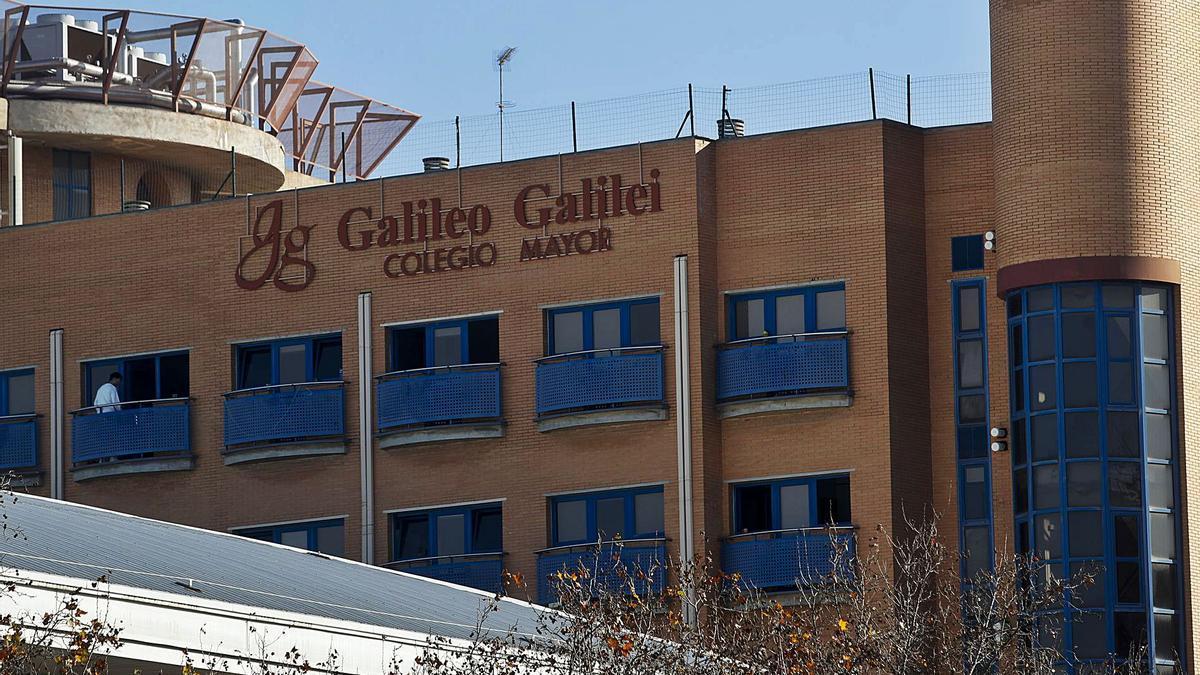 Exterior del colegio mayor Galileo Galilei de València, donde ayer la Policía intervino para disolver varias reuniones de estudiantes.  | LEVANTE-EMV